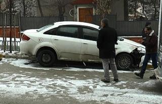 Kontrolden çıkan otomobil refüje çıktı!
