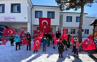 Anaokulu öğrencileri mahalle sakinlerine Türk bayrağı...