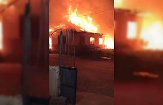 Antalya'da tek katlı ev alev alev yandı