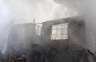 Bafra'da çıkan yangında 2 katlı ev küle döndü