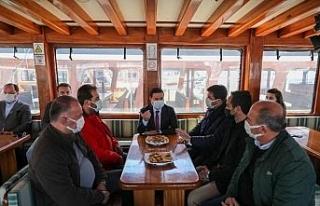 Başkan Aras günlük gezi yapan denizcilerle bir...