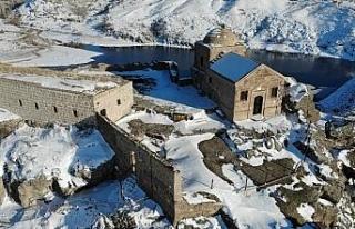 Dik kayalar üzerine inşa edilen Yüksek Kilise görüntüsüyle...