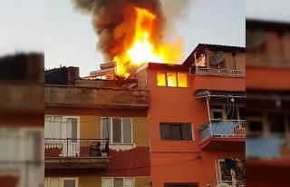 Hisarcık'ta çıkan yangında iki binanın çatı...