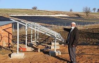 Konya'da tarla sulamak için kurulan güneş panellerini...