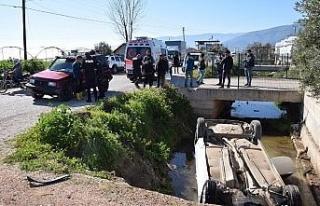 Kumluca'da otomobil sulama kanalına düştü: 2...