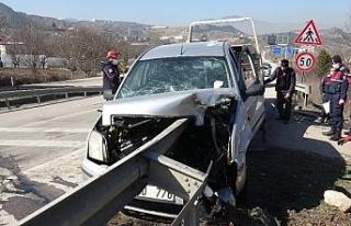 Otomobil bariyere ok gibi saplandı, sürücü ölümden...