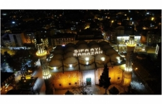 622 yıllık Ulu Cami'ye asılan Ramazan mahyası...