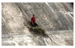 Baraja düşerken otlara tutunarak hayatta kaldı,...
