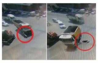 Elektrikli bisikletli kamyonun altında kaldı; kaza...