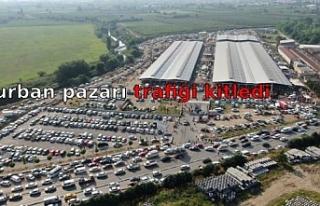 Kurban pazarı trafiği kitledi