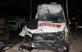 Feci kazada ambulans hurdaya döndü