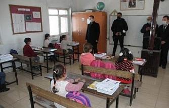 Kaymakam Demirer'den yüz yüze eğitime başlayan öğrencilere ziyaret