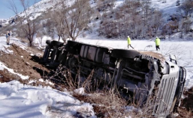 Buğday yüklü kamyon devrildi: 1 yaralı