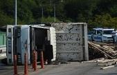 Girilmesi yasak olan yolda kamyonet devrildi