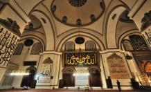 Minberinde gökyüzünü sergileyen Ulu Camii