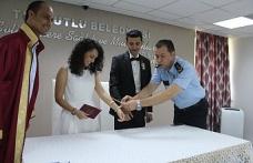 Polis memuruna nikah masasında kelepçe