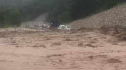 Sele kapılan araçlarını kurtarmak için canlarını hiçe saydılar