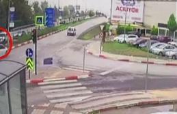 Kırmızı ışıkta geçen otomobil yayaya çarptı