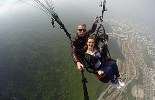 Paraşütçü gencin sürpriz evlilik teklifi