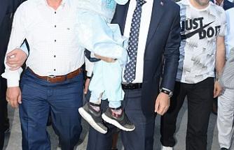 Şehit polisin adının verildiği sünnet etkinliğinde, Başkan Edebali çocuklarla kucaklaştı