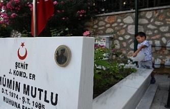 Bursa'da şehitliklerde buruk bayram