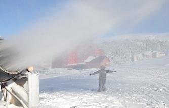 Uludağ'da pistlerdeki kar kalınlığı suni kar ile yükseltildi