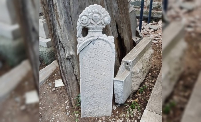 500 yıllık caminin restorasyonu sırasında mezar taşlarına zarar verildi