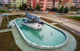 Şehit pilot Ayfer Gök'ün ismi, F-4 Fantom uçağı yerleştirilen kavşağa veriliyor