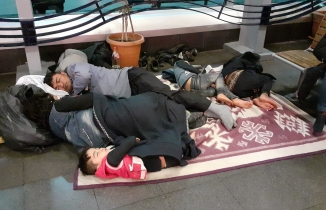 Yüzlerce insan yağmur sırasında terminale sığındı