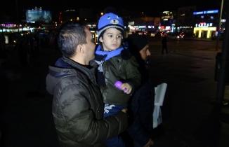 Bebeğini AVM'ye terk eden anne polis zoruyla duruşmaya getirildi