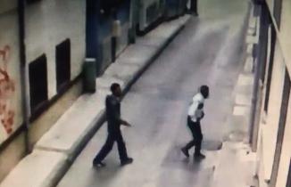 Yabancı uyruklu hırsızlar ikizlerin bebek arabasını böyle çaldı
