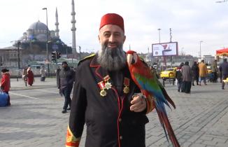 Gürcistan'da el konulan papağanı 'Paşa'sına 162 gün sonra kavuştu
