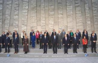 Bakan Akar, NATO aile fotoğrafı çekimine katıldı