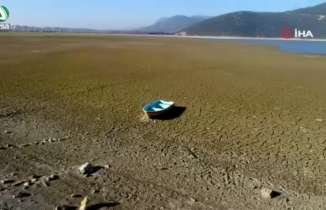 Bursa'da kuruyan gölden arda kalan susuz toprağın görüntüsü korkuttu