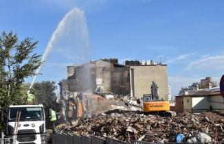 Bursa'da Tarihi Çarşı ve Hanlar Bölgesi'nin çevresindeki binaların yıkımı sürüyor